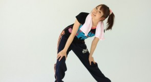 腰痛には壁を使え!立ったまま何処でも出来る「壁押し体操」