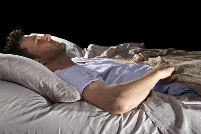 寝れない男性
